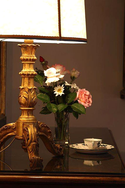 Fresh flowers to welcome guests in their room at Villa le Barone