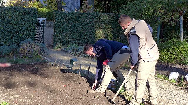 Planting tulips at Villa le Barone nel Chianti